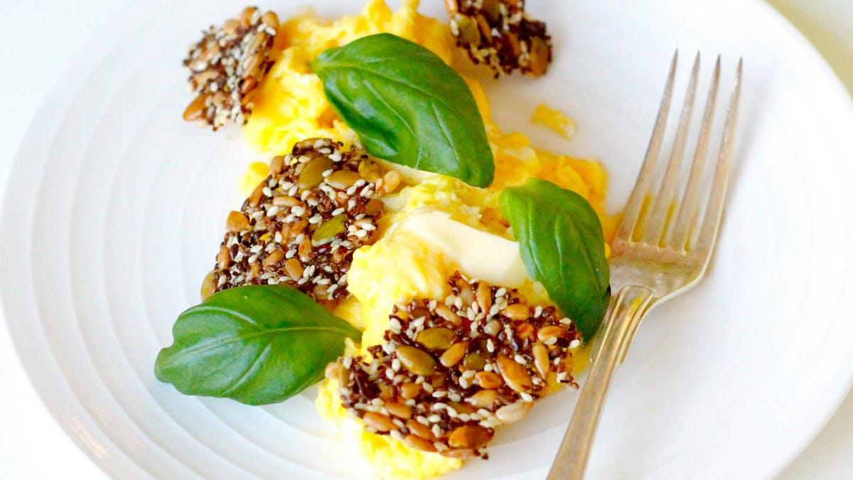 Fannys LCHF-frukost #10 –äggröra med smör, basilika och frökex