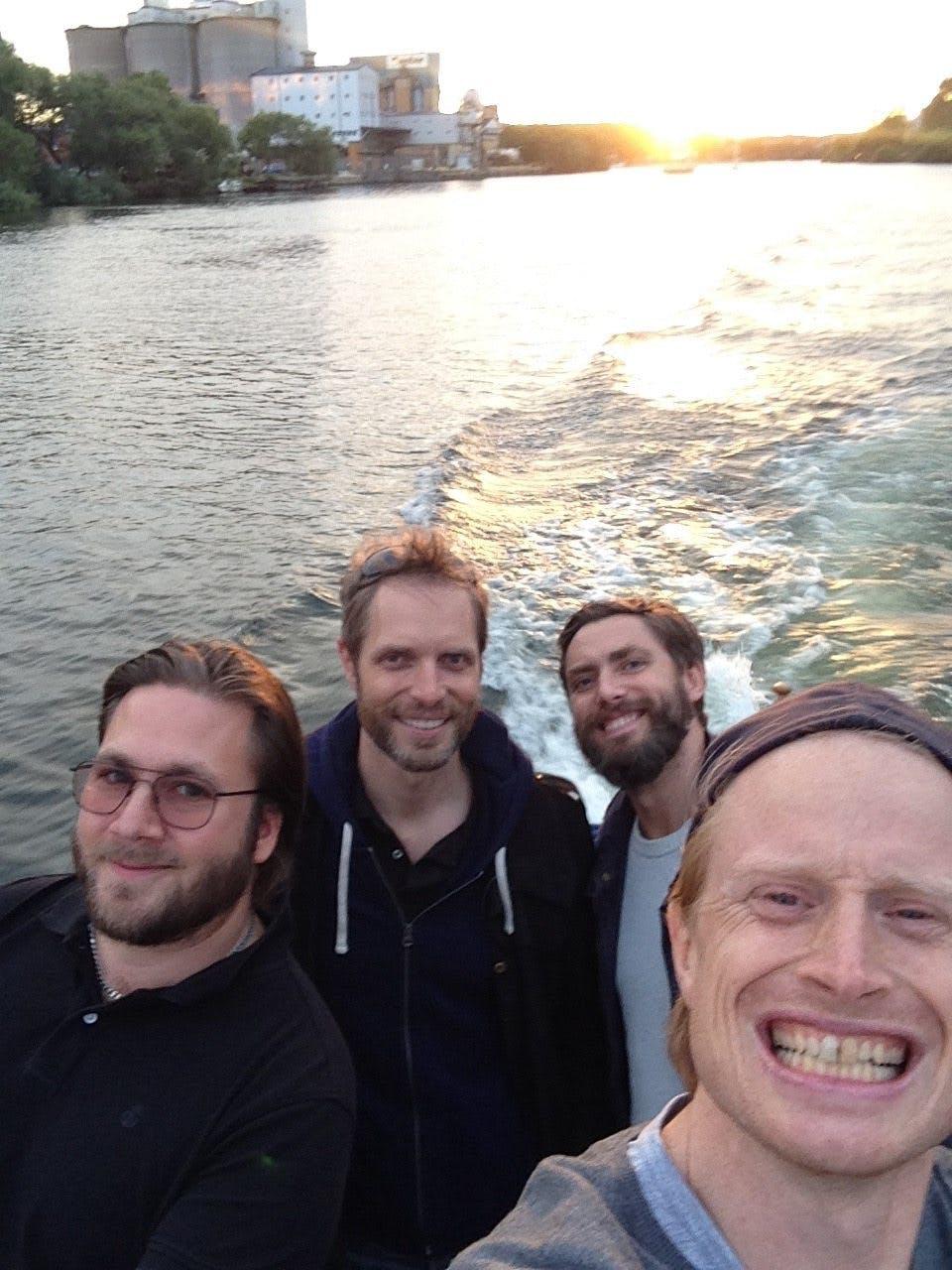Åker med Alex båt runt vackra Stockholm. Från vänster, Alex (kapten), Andreas, Johan och Bjarte