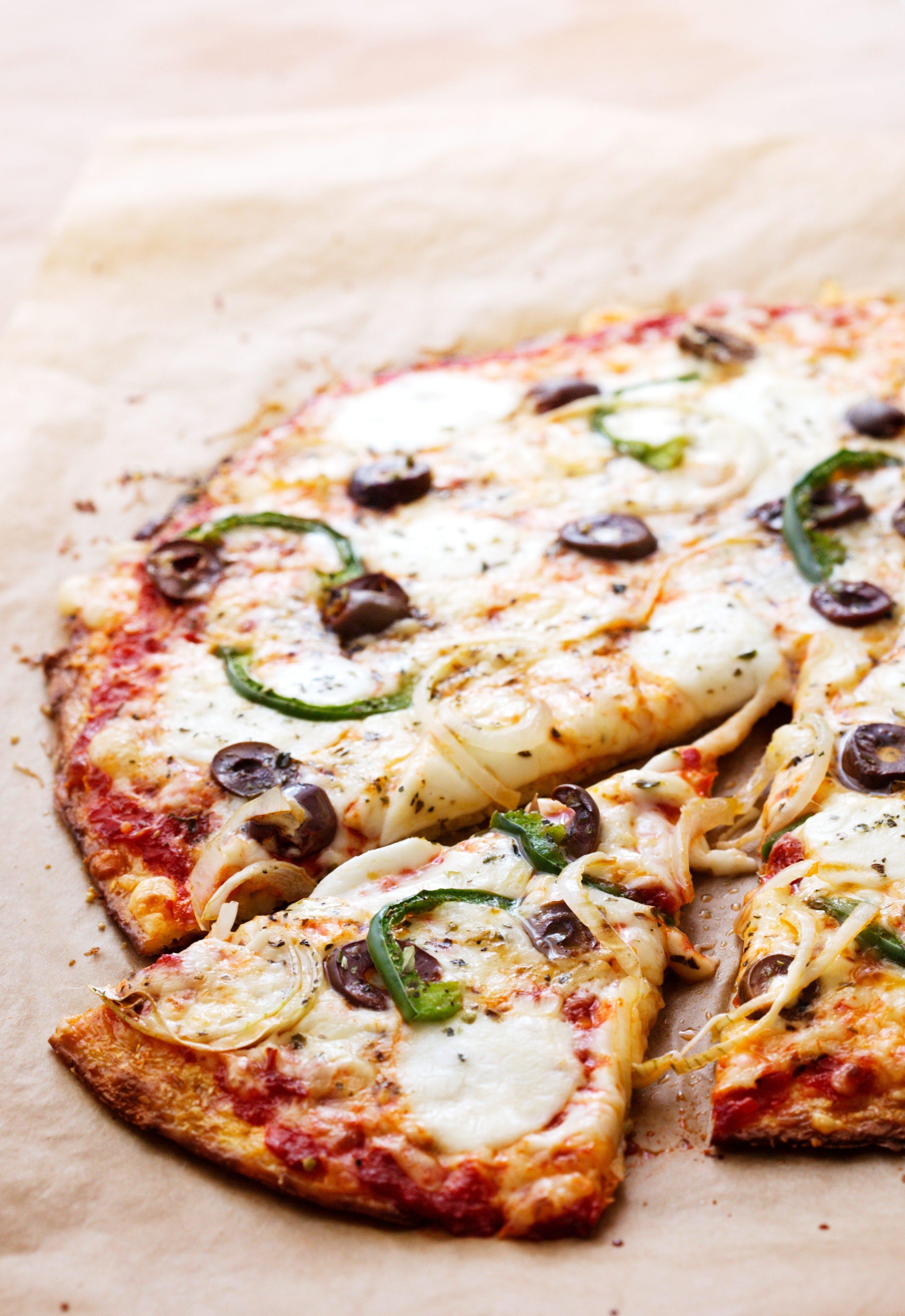 Blomkålspizza med grön paprika och oliver