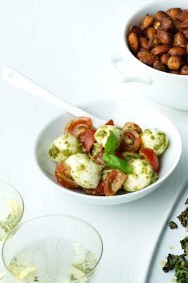 Pestomarinerad minimozzarella med tomat