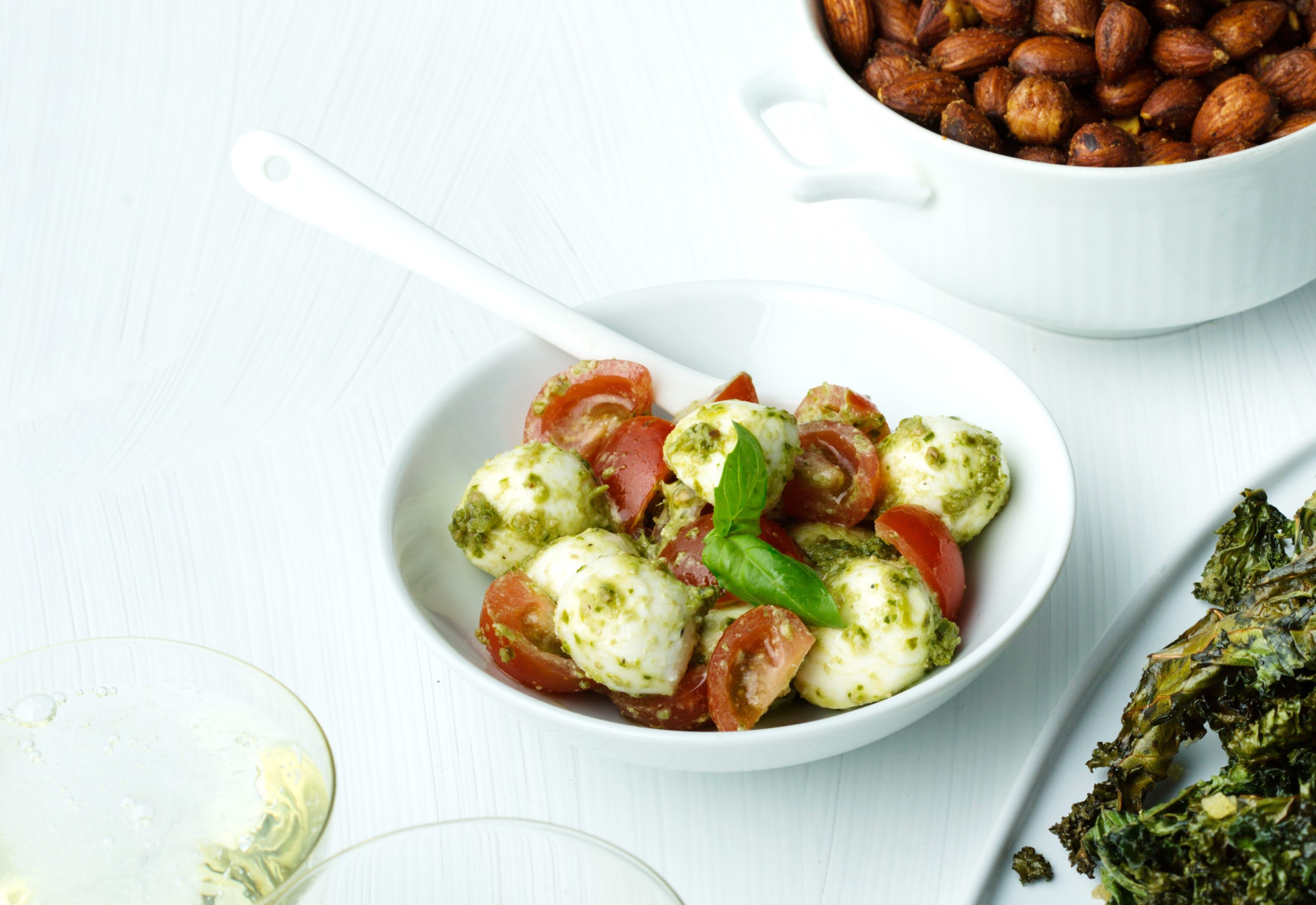 Pestomarinerad minimozzarella med tomat