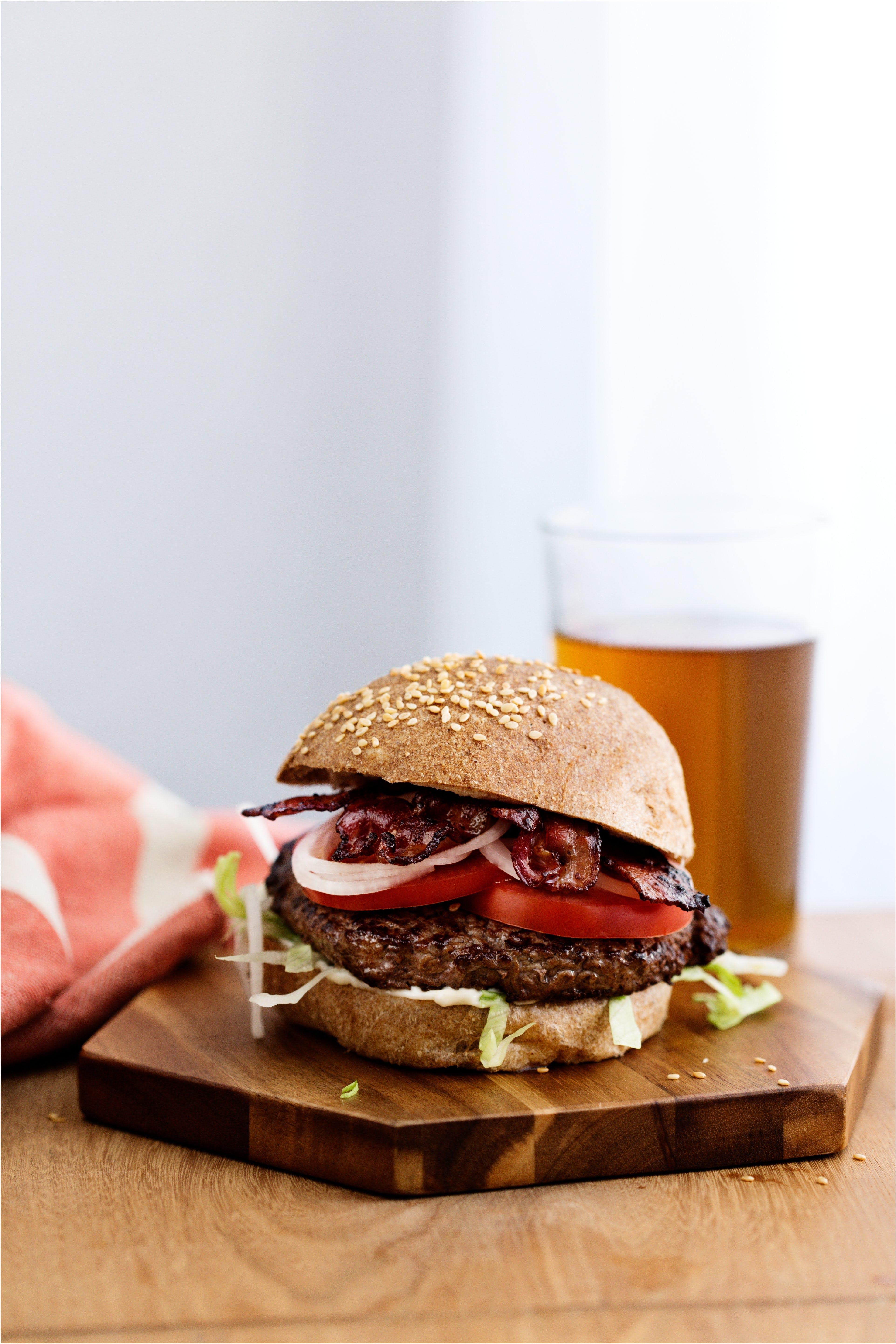 Klassisk hamburgare med LCHF-bröd