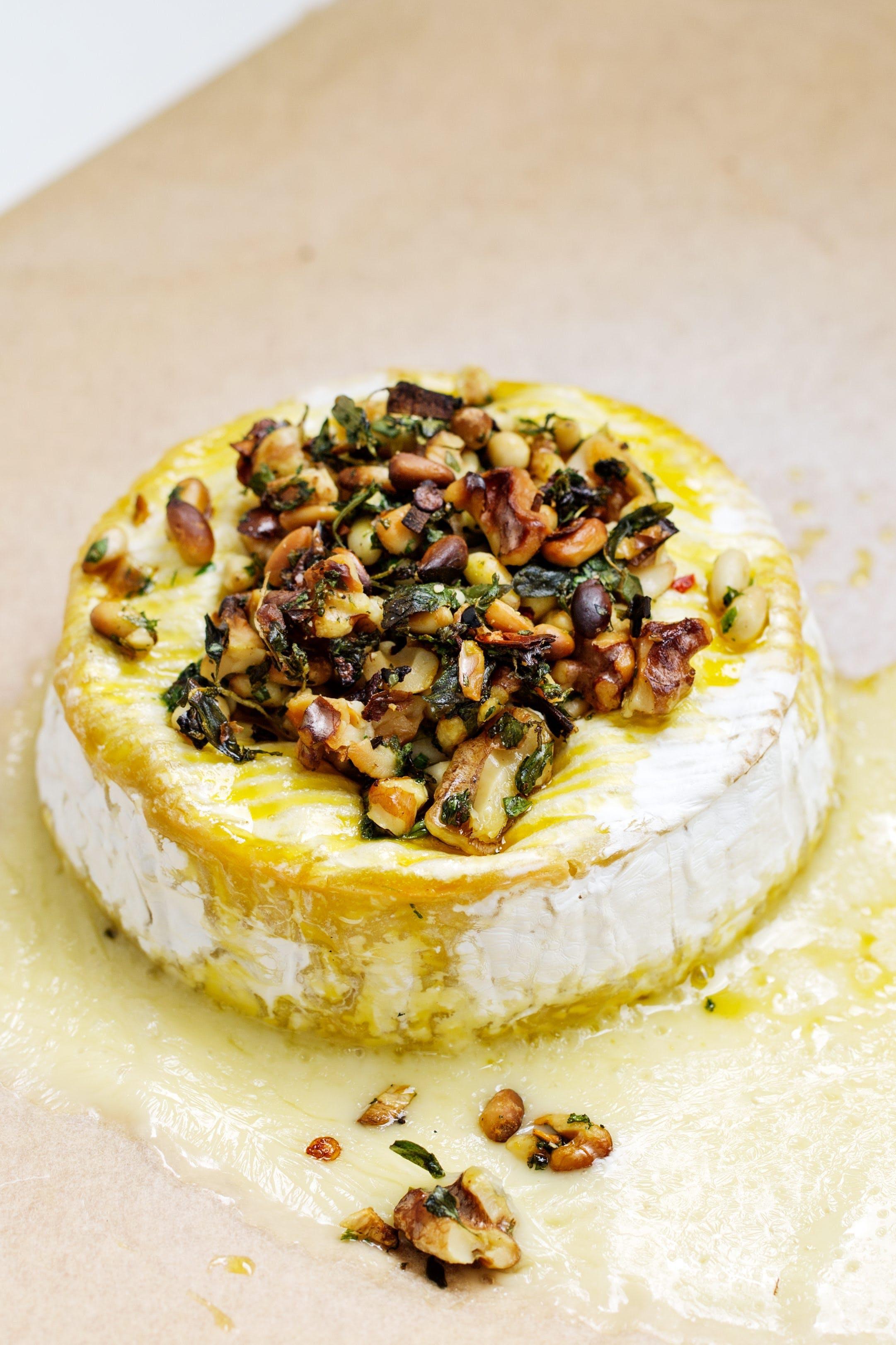 Gratinerad brie med nötter och vitlök