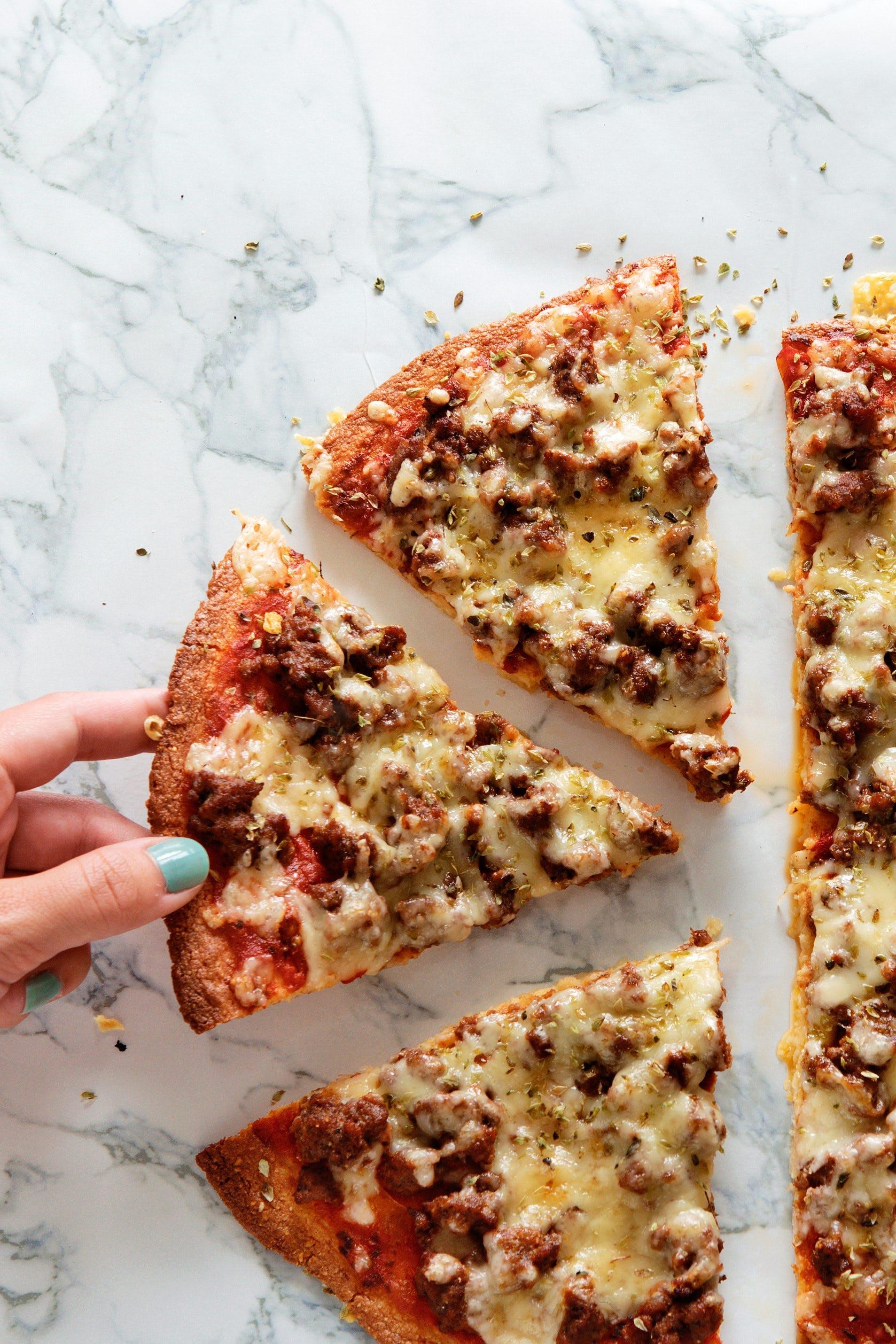 Fathead-pizza med nötfärs och mozzarella