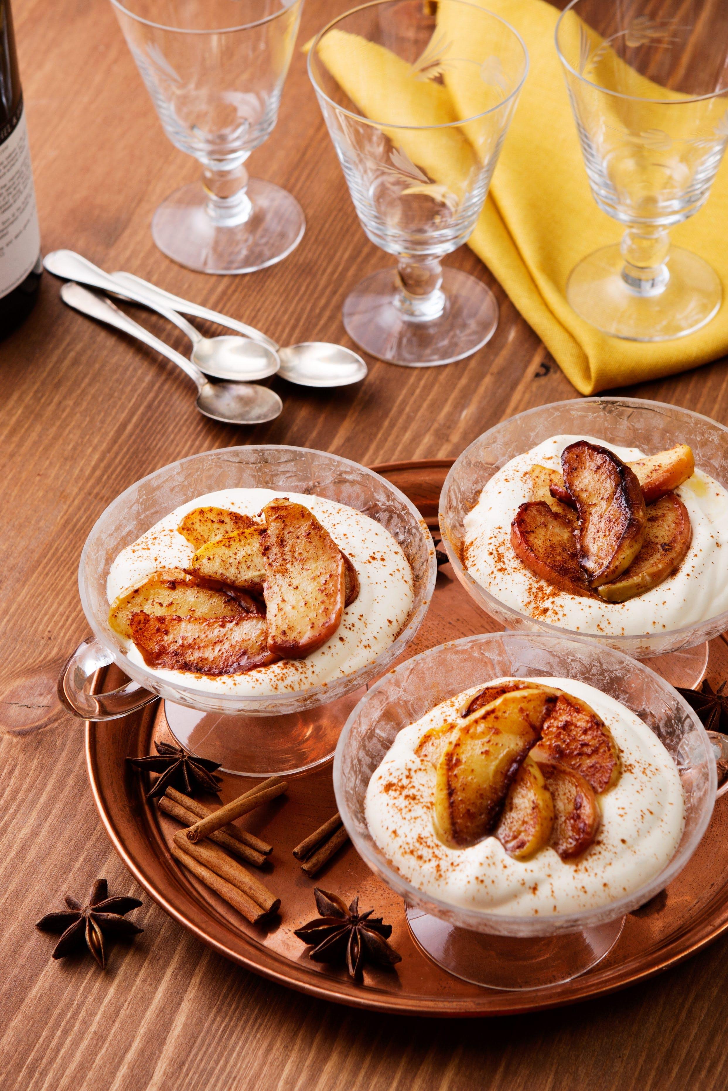 Smörstekta kaneläpplen med vaniljsås