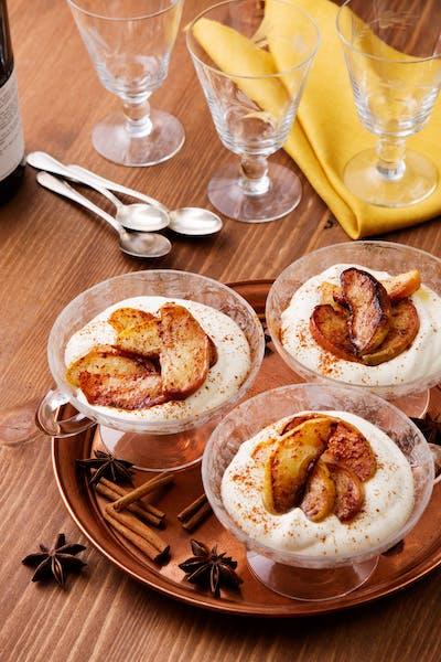 Smörstekta kaneläpplen med vaniljsås<br />(Efterrätt)