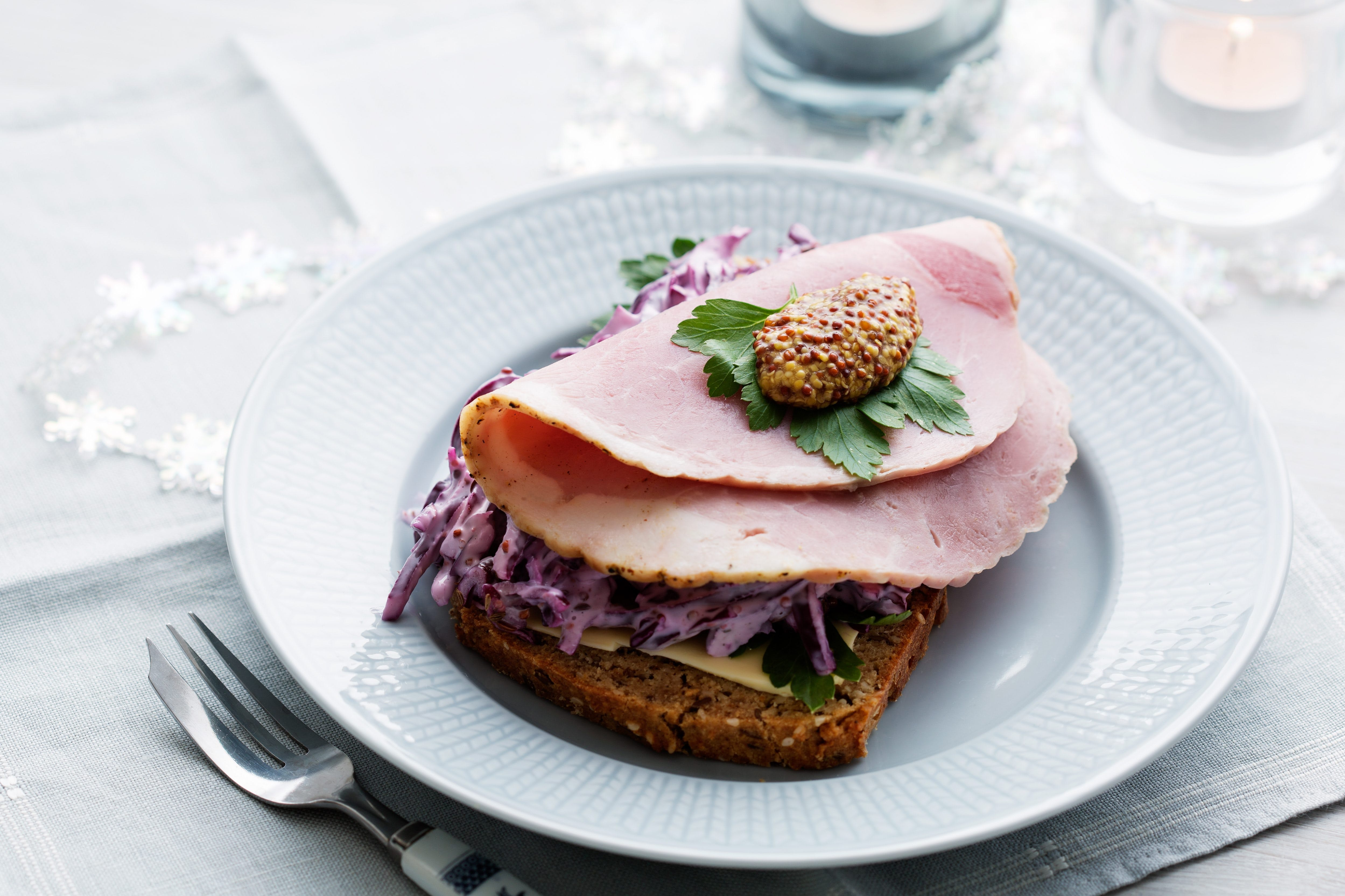 Skinksmörgås med röd coleslaw