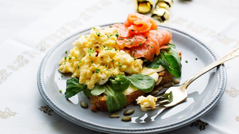 Smörgås med lax och äggröra