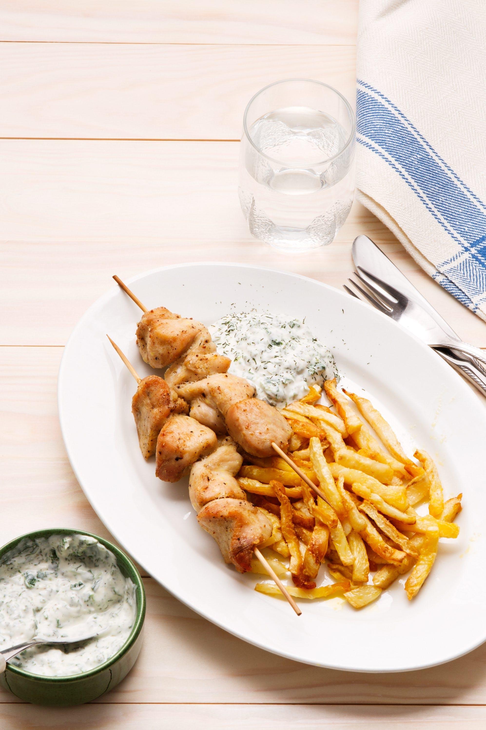 Kycklingspett med spenatdipp och pommes