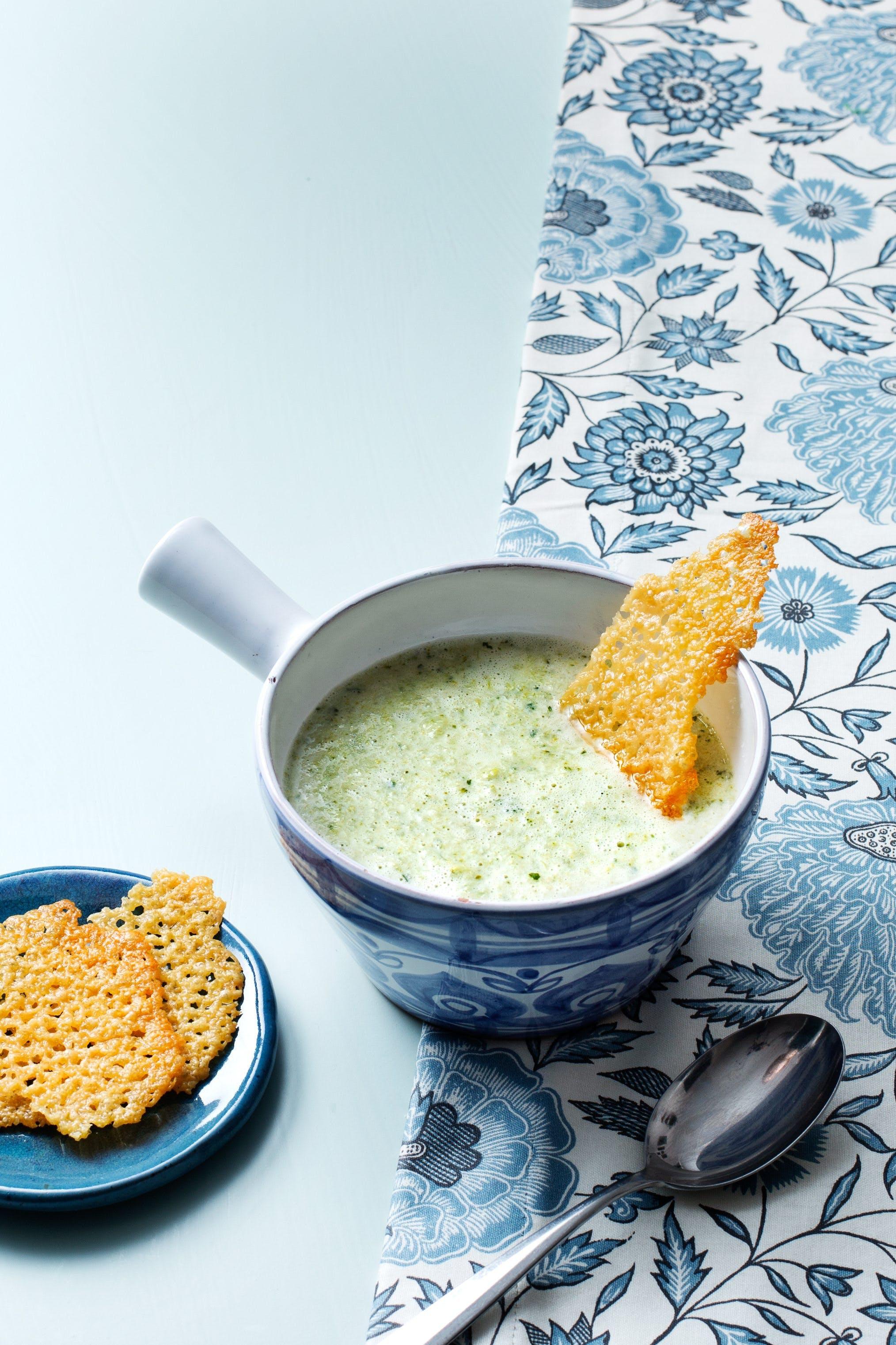 Broccolisoppa med ostchips