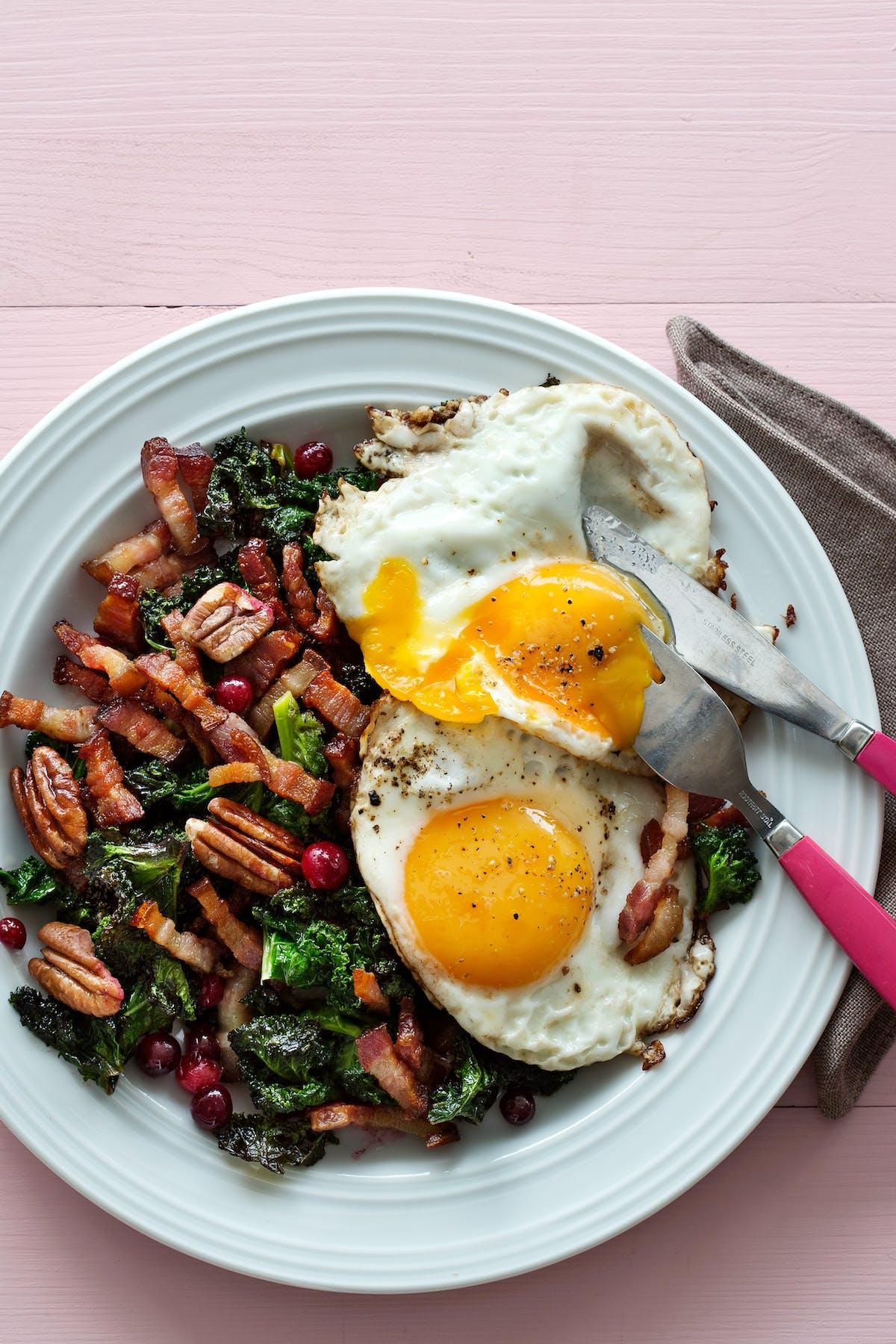 Ägg med smörstekt grönkål, sidfläsk och tranbär