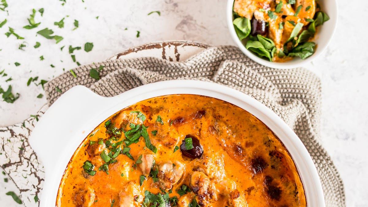 Ny matlagningsvideo: Röd pestokyckling med oliver och fetaost