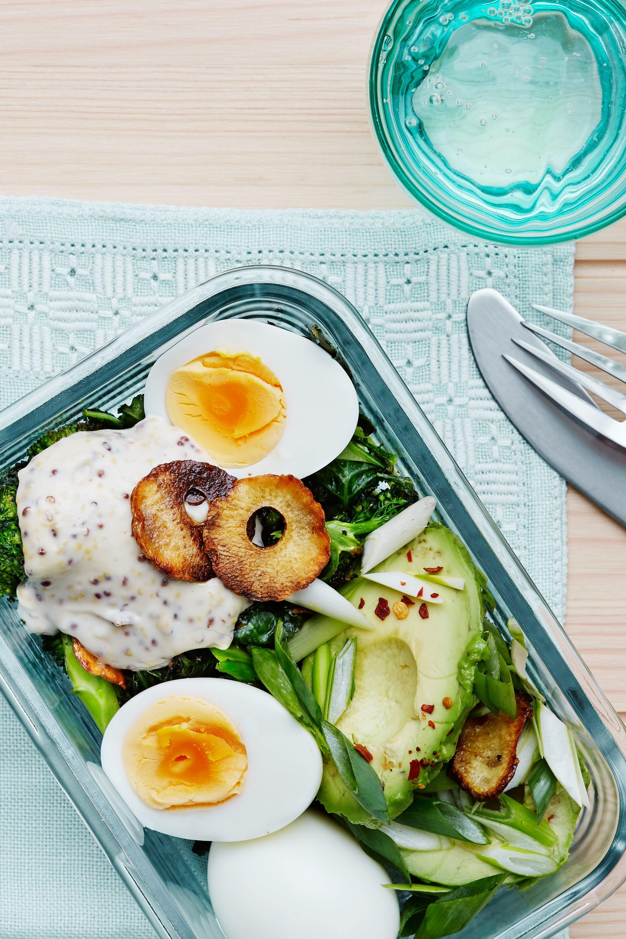 Kålsallad med avokado och ägg