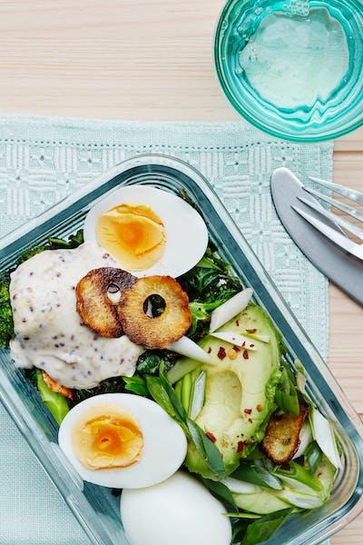 Kålsallad med avokado och ägg<br />(Lunch)