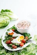 Tonfisksallad med pocherade ägg