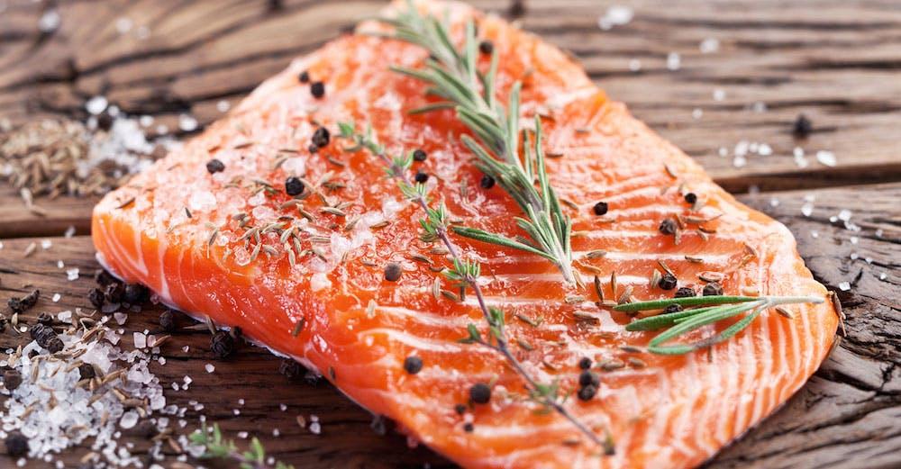 Livsfarligt att äta odlad lax?