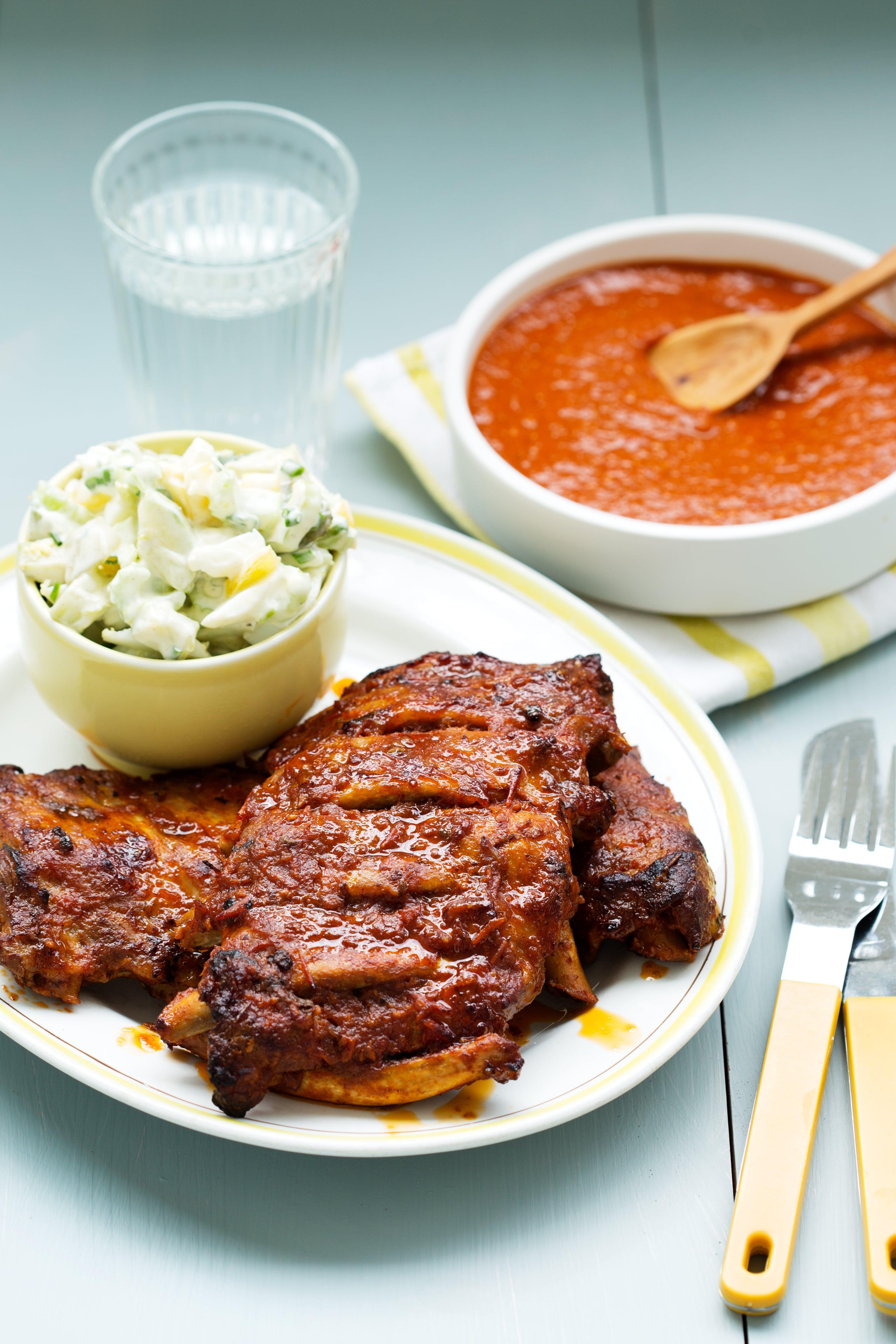 BBQ-ribs med krämig squashsallad