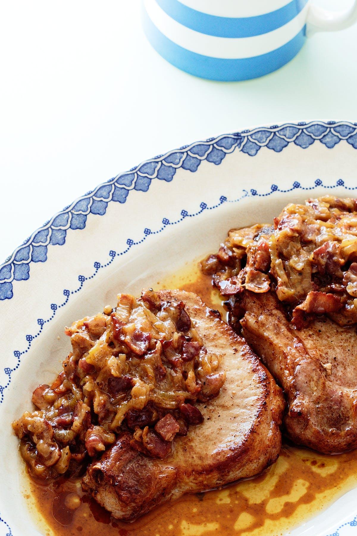 Fläskkotlett med bacon och karamelliserad lök