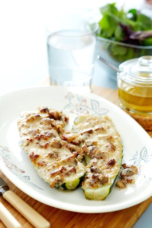 Zucchinibåtar med krämig svampfyllning