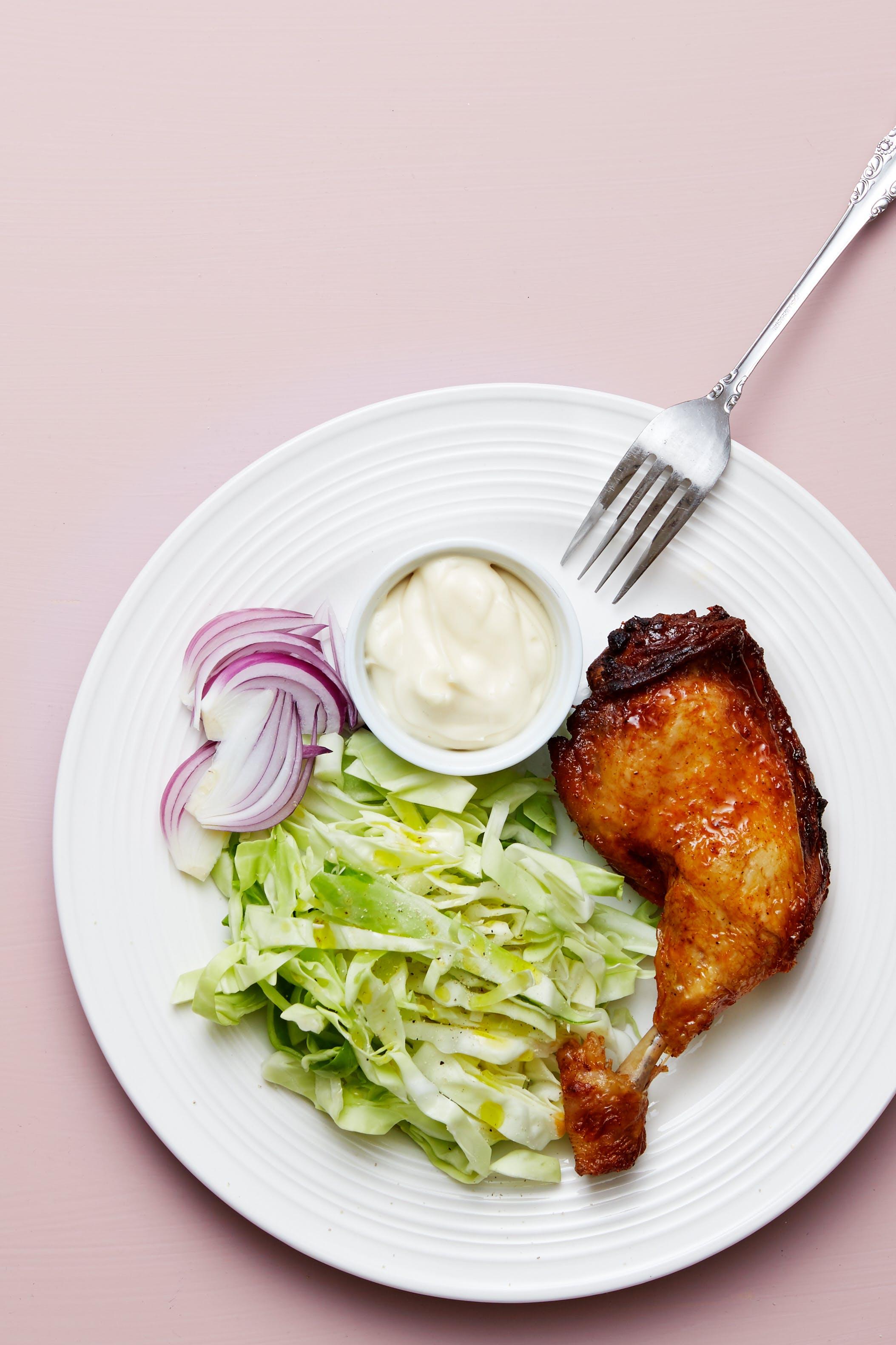 Kycklingklubba med vitkål och majonnäs