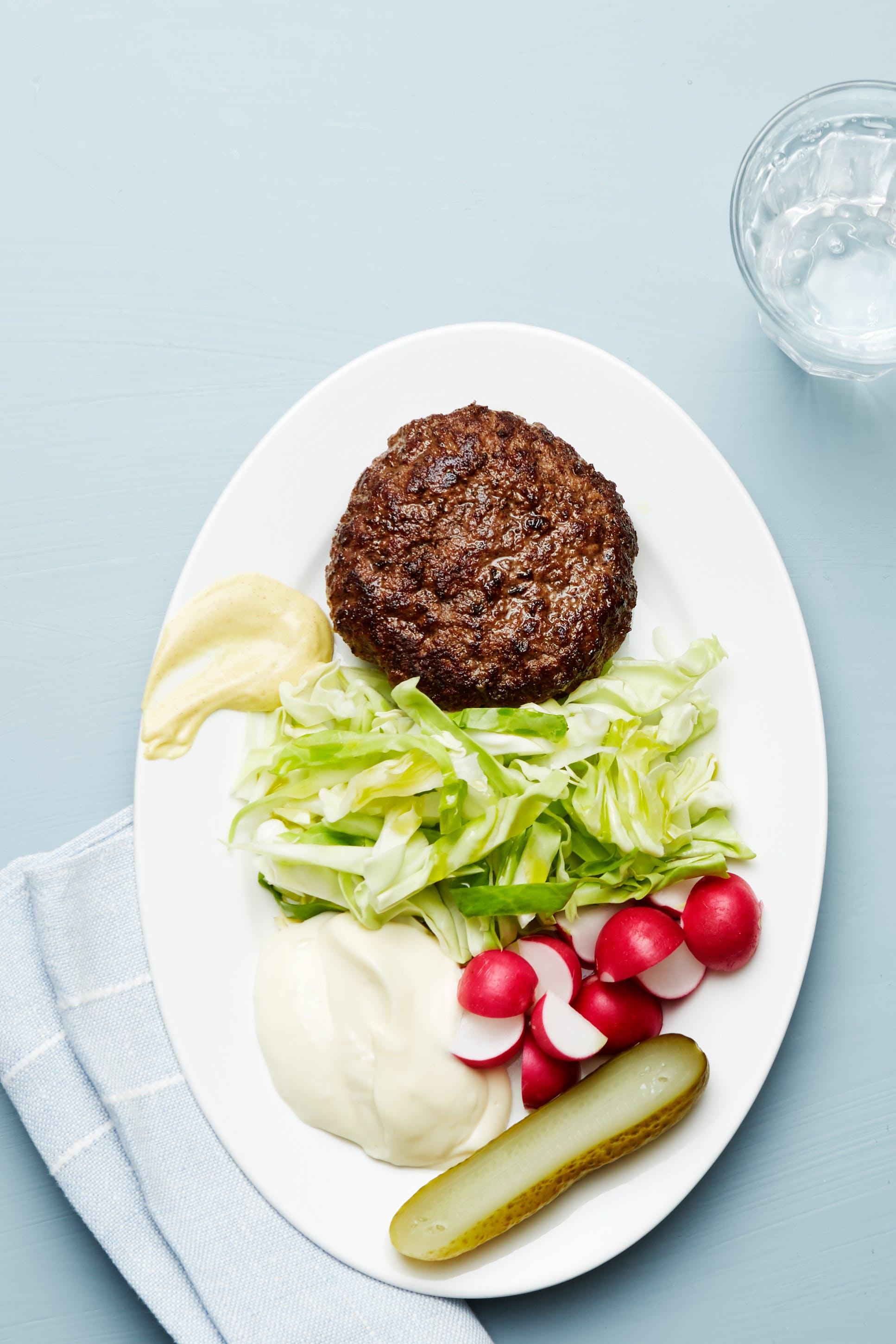 Hamburgertallrik med vitkål och majonnäs