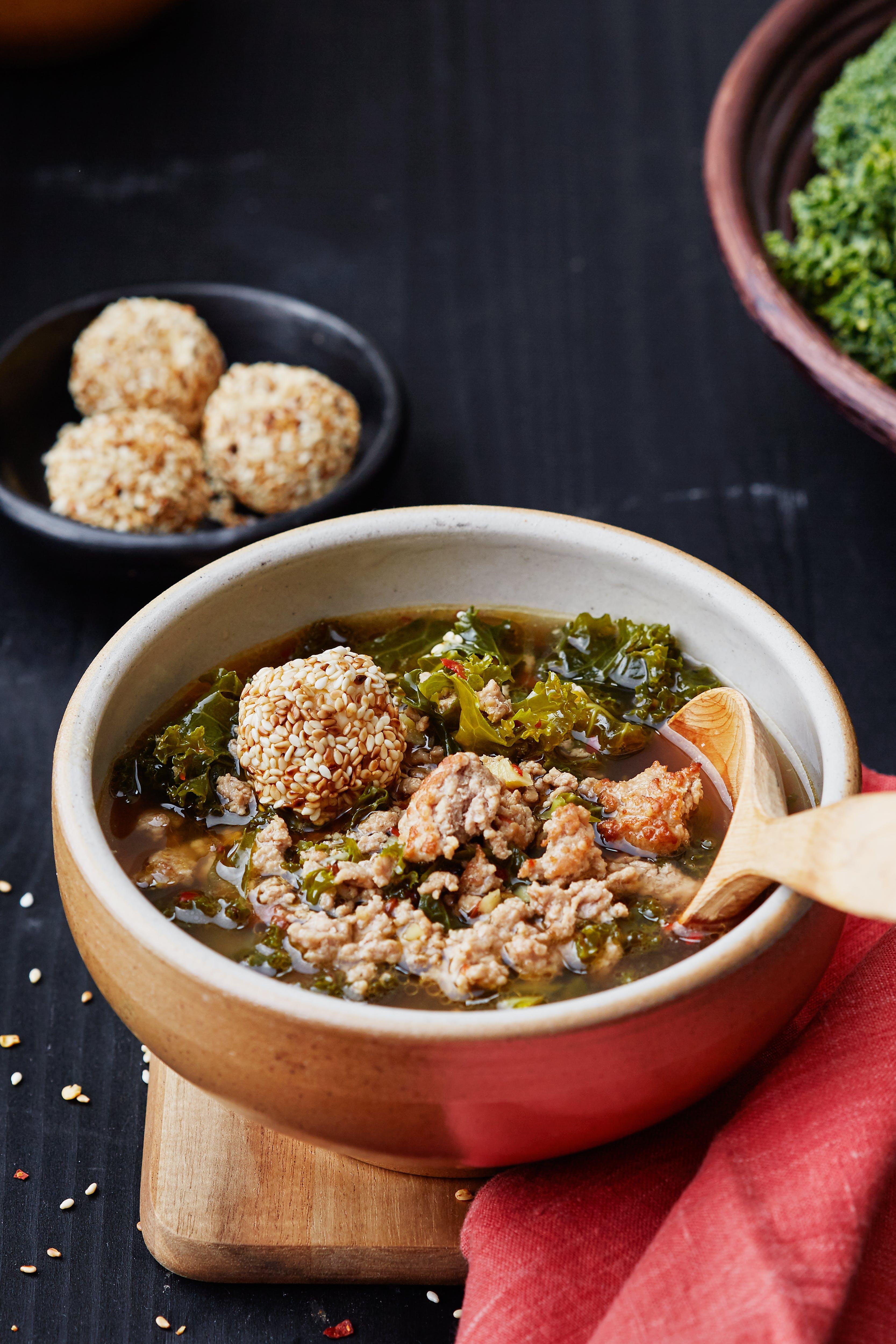 Kryddig fläsk- och grönkålsoppa