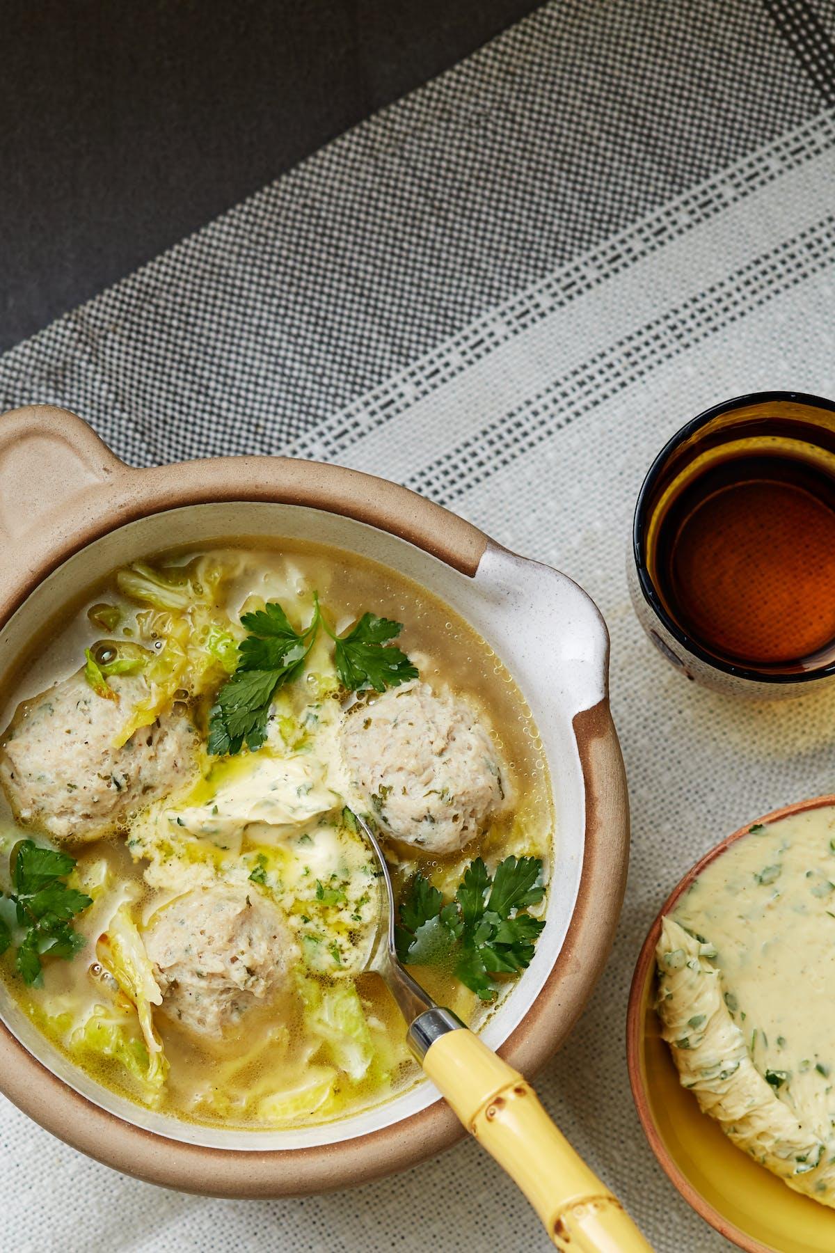 Soppa med kycklingfrikadeller och persiljesmör