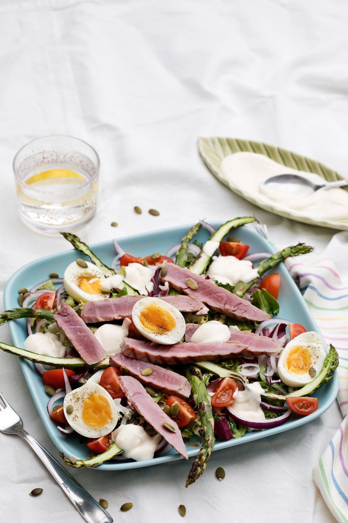 Sallad med grillad tonfisk och vitlöksdressing