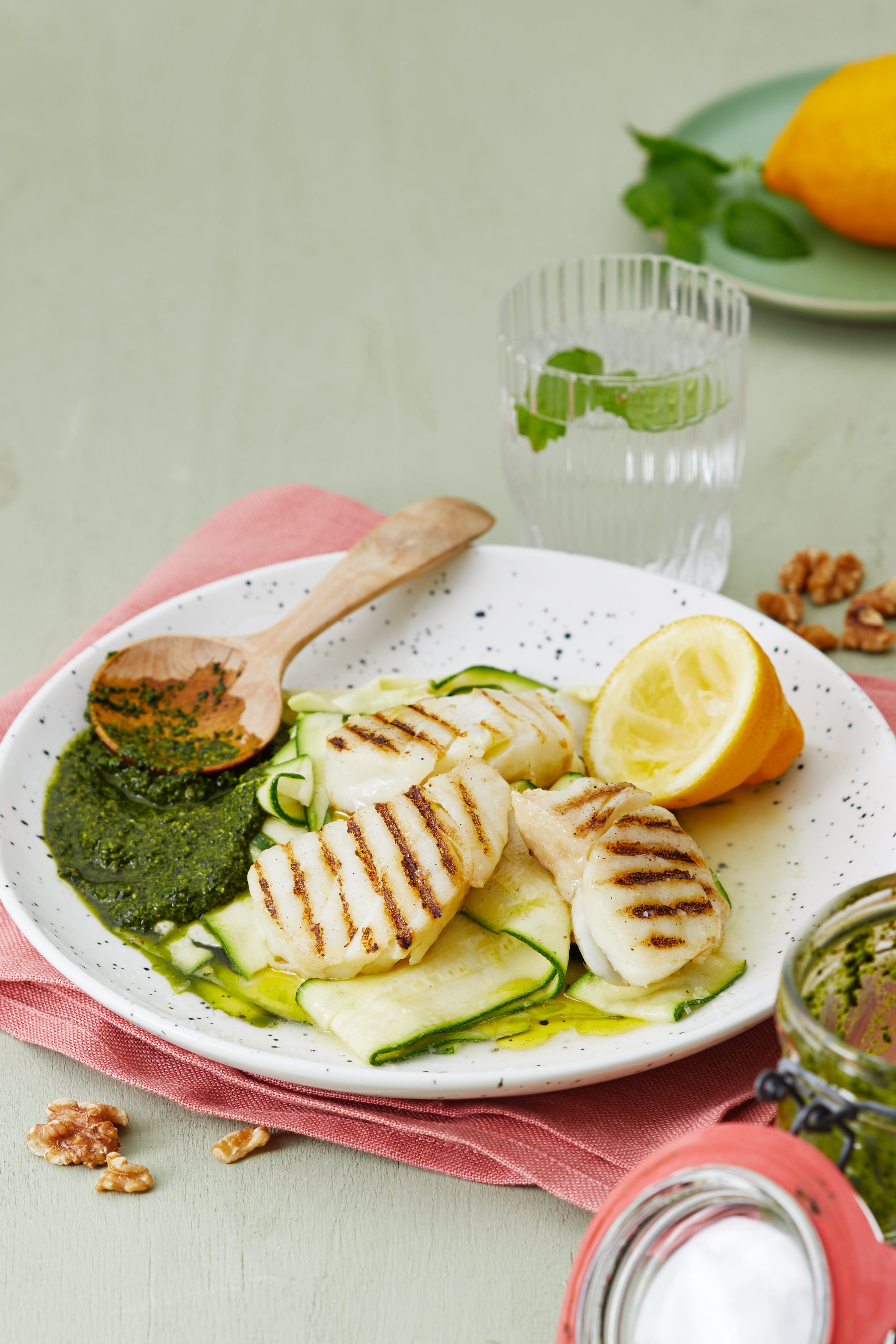 Grillad fisk med hyvlad zucchini och kålpesto