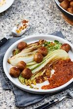 Vegetariska köttbullar med röd pesto och salladskål