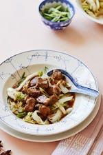 Kinesisk fläskgryta med salladskål