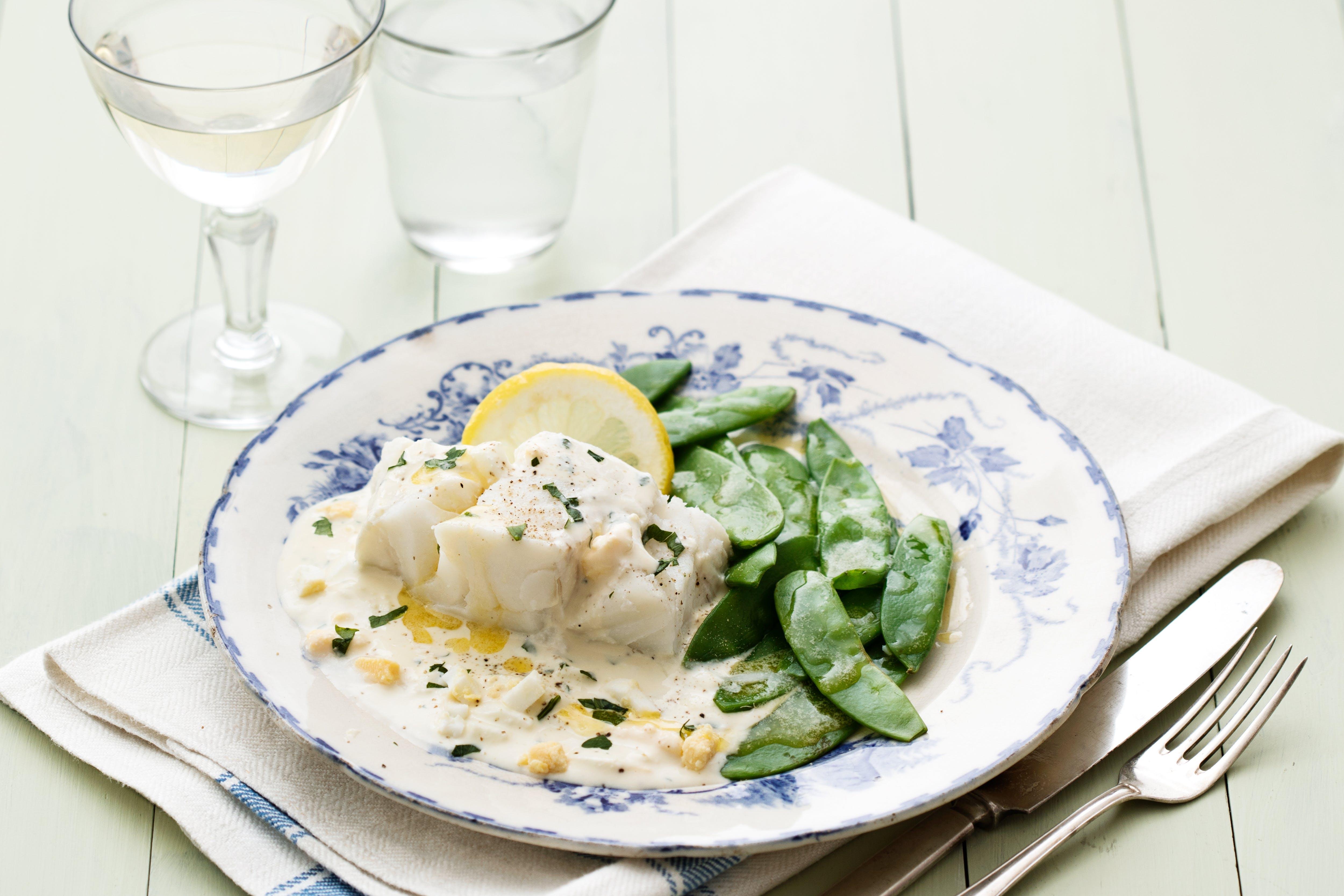 Kokt torsk med äggsås och sockerärtor