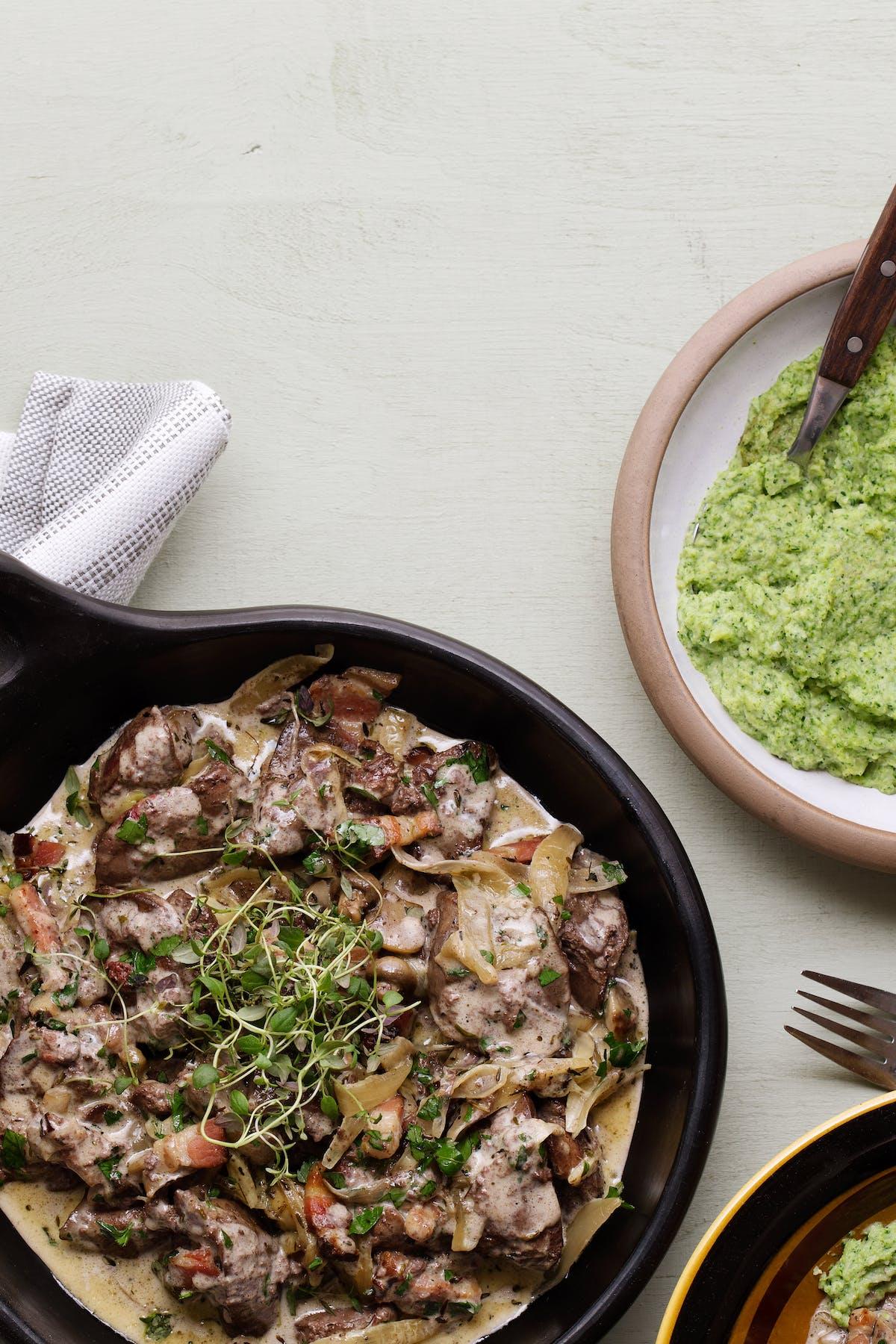 Kycklinglever i gräddsås med broccolimos