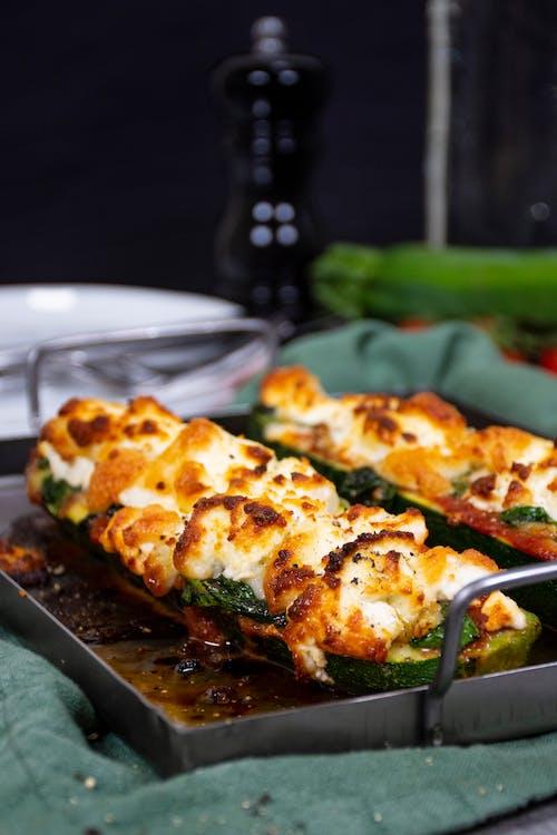 Fylld zucchini med getost och spenat