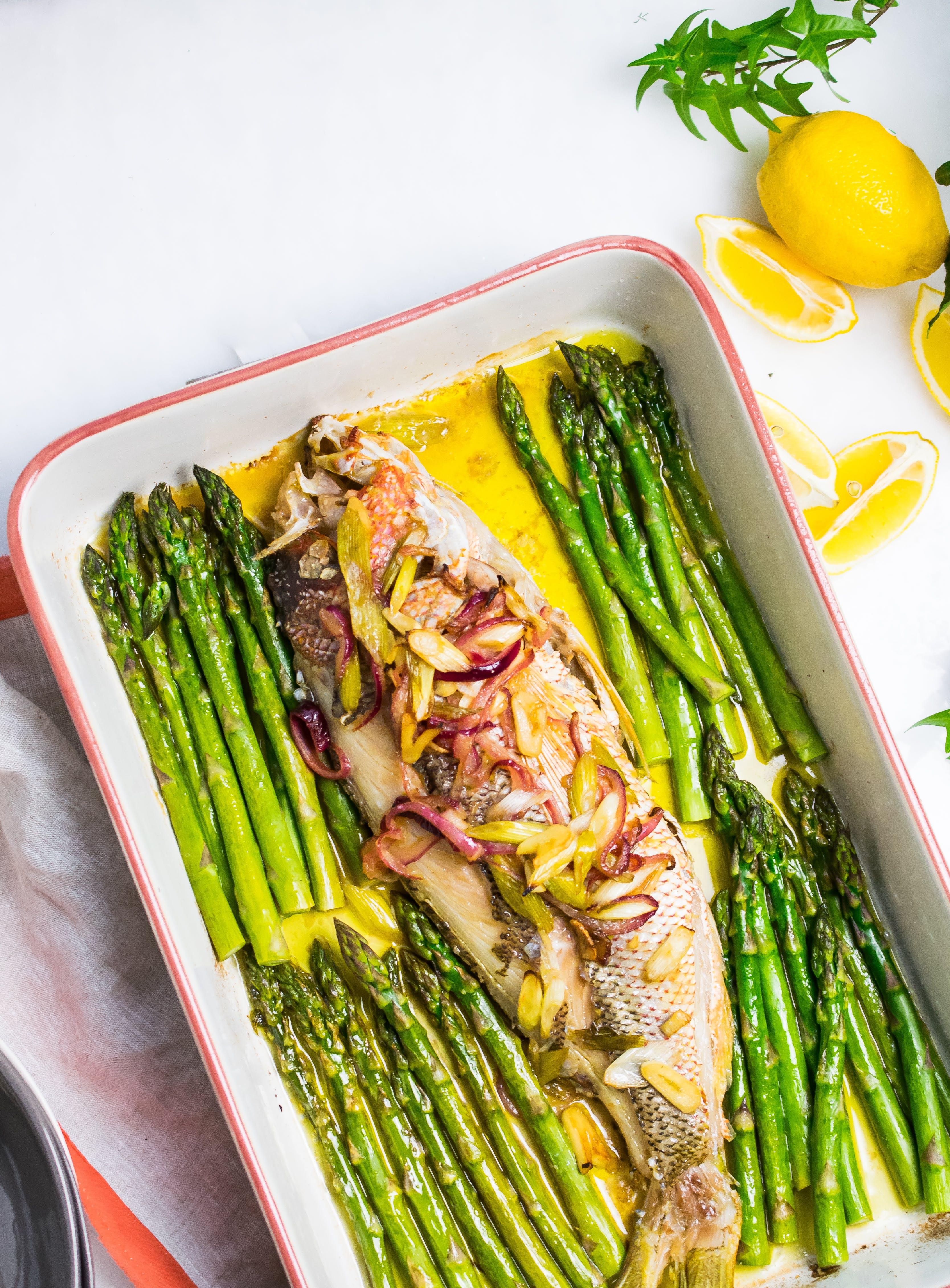 Hel fisk i ugn med salladslök och sparris