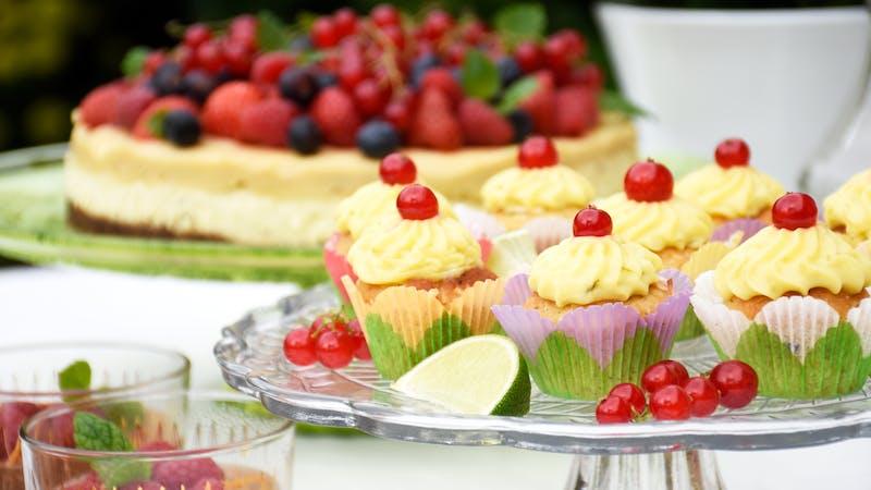 Kokoscupcakes med limekräm och röda vinbär