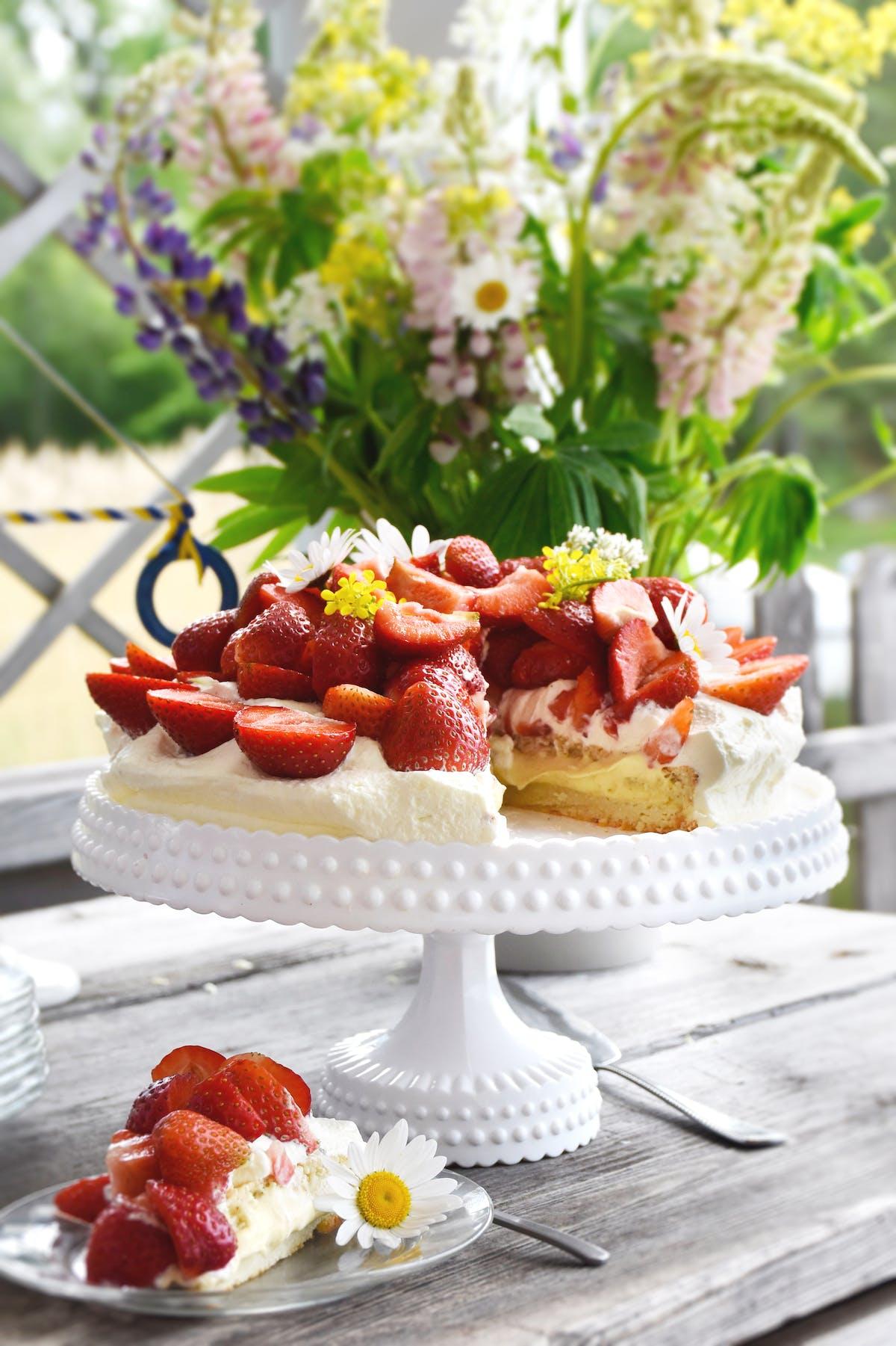 Jordgubbstårta med mandelbottnar och vaniljsmörkräm