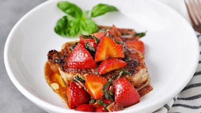 Fläskkotlett med balsamicomarinerade jordgubbar