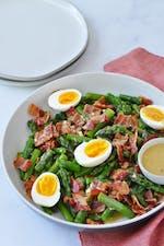 Sallad med sparris, ägg och bacon