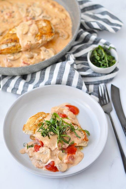 Kyckling och champinjoner i krämig tomatsås