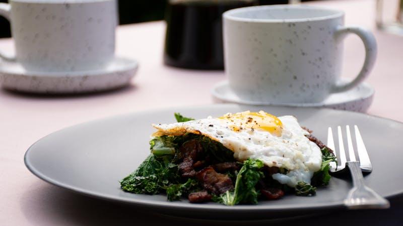 Krispigt bacon med grönkål och stekt ägg