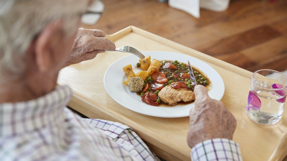 Konflikt i Stockholms stadshus om äldres köttätande