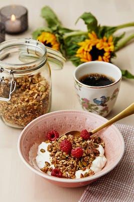Yoghurt med sockerfri granola och bär