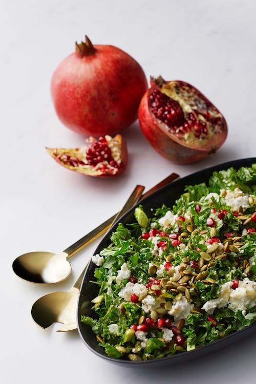 Grönkålssallad med getost och granatäpple