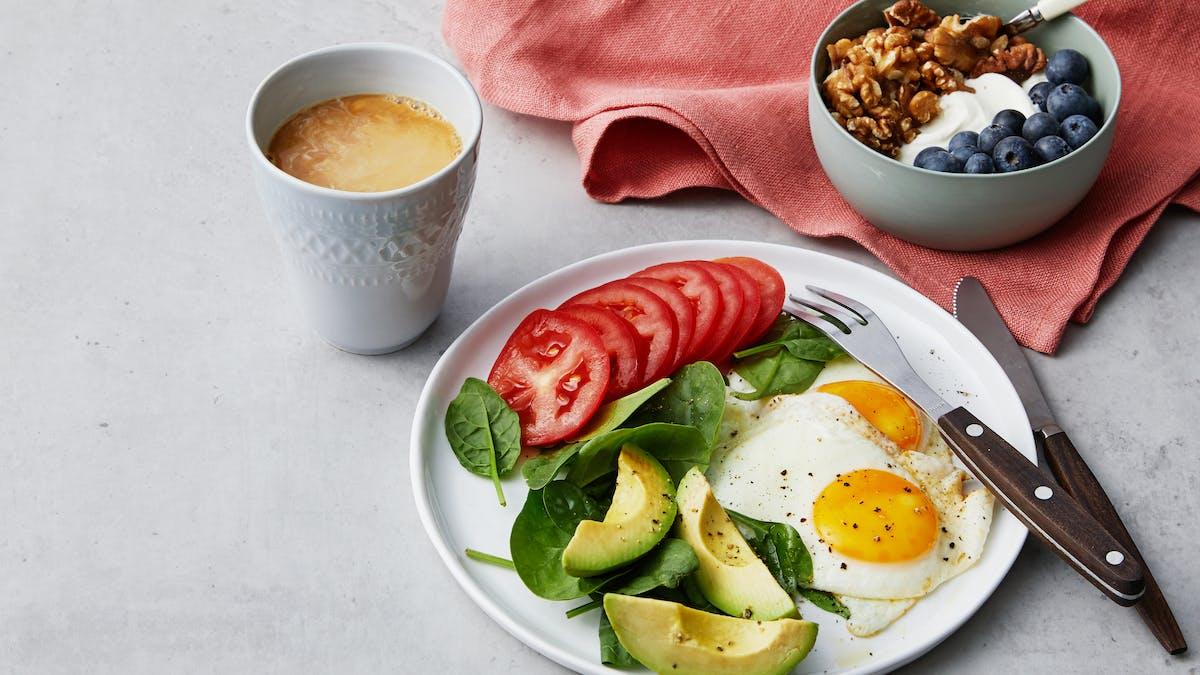 Lyxig liberal LCHF-frukost med stekta ägg och yoghurt