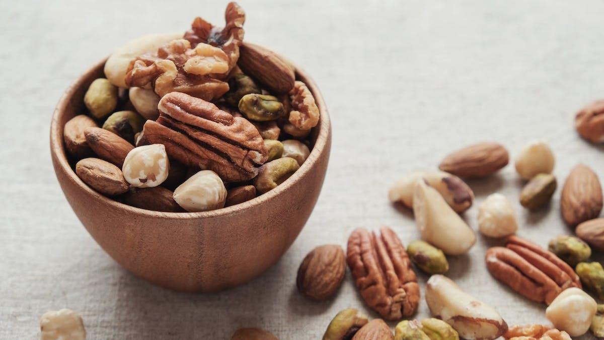 Nötter innehåller färre kalorier än man tidigare trott