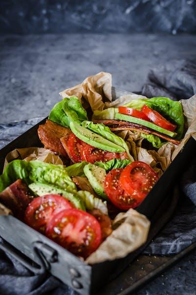 Salladssmörgås med bacon och avokado<br />(Lunch)