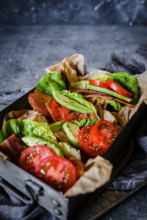 Salladssmörgås med bacon och avokado