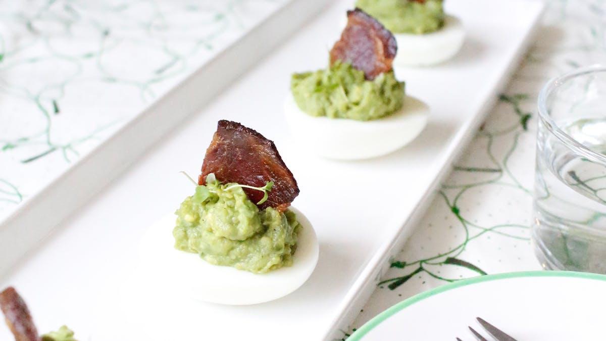 Avokadoägg med baconsegel