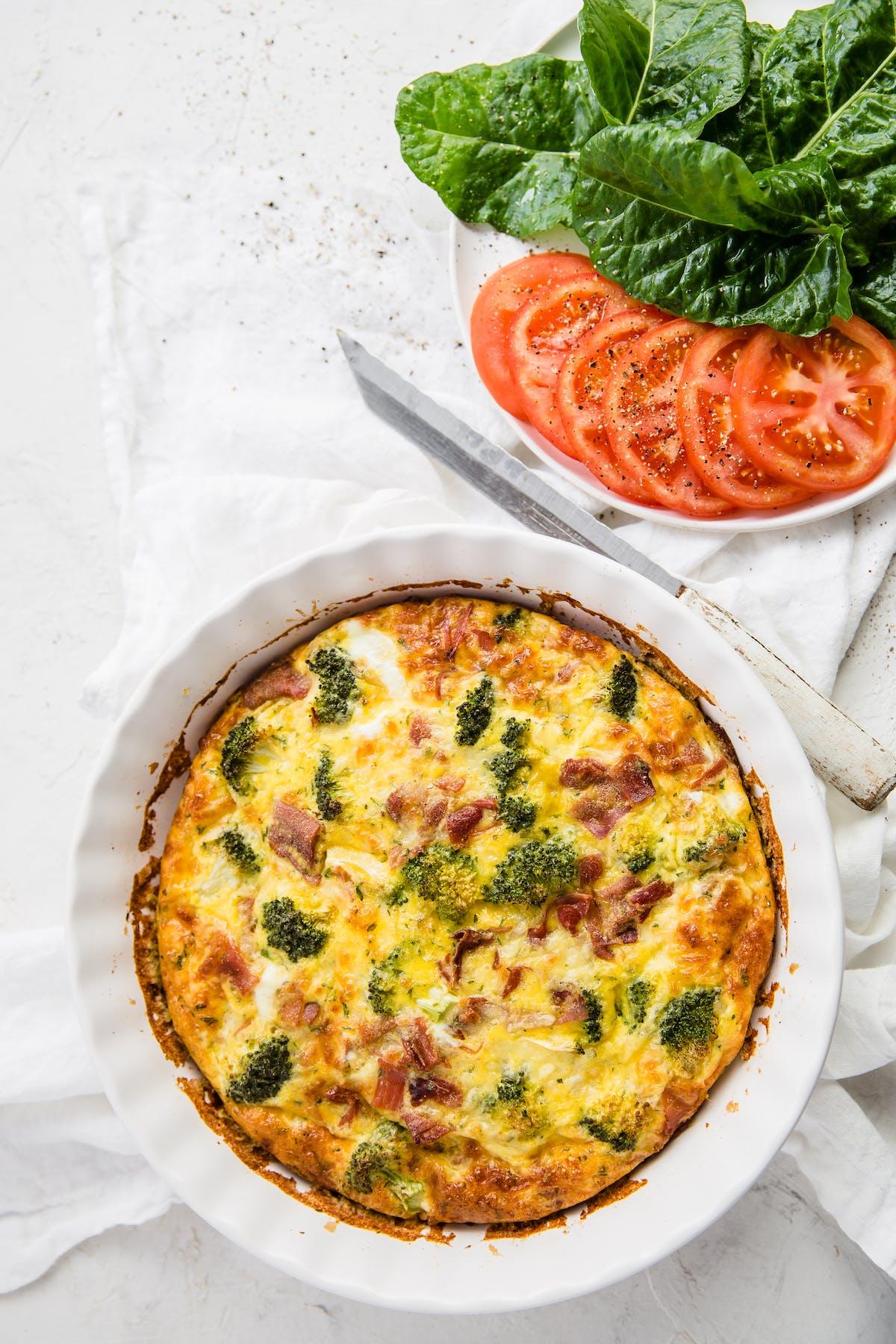 LCHF-paj med broccoli och bacon utan pajskal